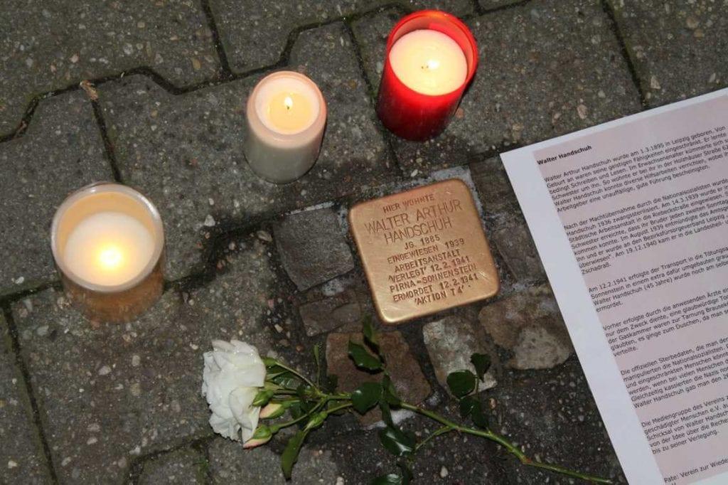 """""""Bedrückend"""" – Oberschüler am Stolperstein für Walter Handschuh"""